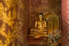 Buda antiguo de oro en el pabellón de Wat Pra Singh Temple, Chiangm imagenes de archivo