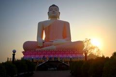 Buda asentado que se eleva, Aluthgama, Sri Lanka Imagen de archivo libre de regalías