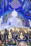 Buda blanco en una iglesia azul adornó con la flor hermosa Foto de archivo libre de regalías