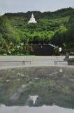 Buda blanco grande en la montaña Tailandia Imagenes de archivo