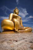 A Buda bonita grande em Wat Muang Temple foto de stock