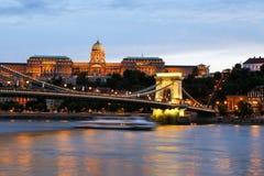 Buda Castle στο σούρουπο, γέφυρα αλυσίδων στοκ εικόνες