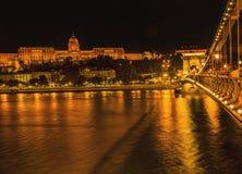 Buda Castle Chain Bridge Danube-Riviernacht Boedapest Hongarije Stock Afbeeldingen