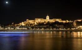 Buda Castle dal Danubio alla notte Budapest, Ungheria Fotografie Stock Libere da Diritti