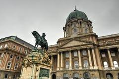Buda Castle e la statua di principe Eugene della Savoia Immagini Stock