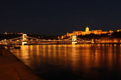 Buda Castle ed il ponte a catena alla notte Fotografia Stock