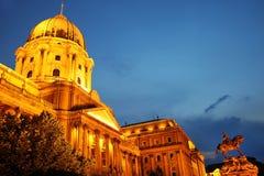 Buda Castle en het Ruiterstandbeeld van Prins Eugene van Savooiekool bij nacht, Boedapest royalty-vrije stock fotografie