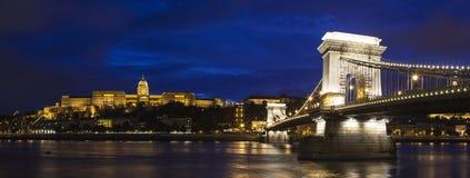 Buda Castle, il ponte a catena ed il fiume Danubio a Budapest fotografie stock libere da diritti
