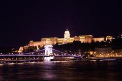 Buda Castle mit Hängebrücke nachts Lizenzfreie Stockfotos