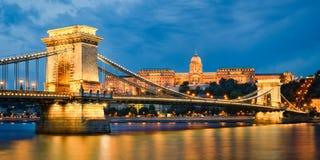 Buda Castle och Chain bro i Budapest, Ungern Arkivfoton