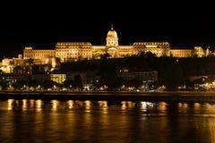 Buda Castle och Danube River på natten, Budapest, Ungern arkivfoton