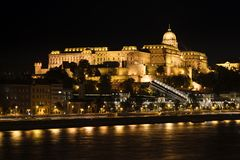 Buda Castle och Danube River på natten, Budapest, Ungern royaltyfri bild