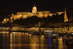 Buda Castle och Danube River på natten, Budapest, Ungern arkivbilder