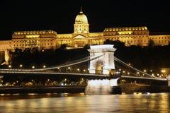 Buda Castle och den Chain bron på natten Royaltyfri Fotografi