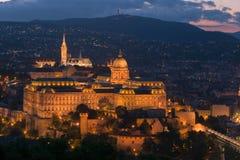 Buda Castle på skymning Arkivfoton