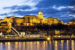 Buda Castle på skymning Arkivbilder