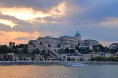 Buda Castle på solnedgången, på en molnig dag Royaltyfria Bilder