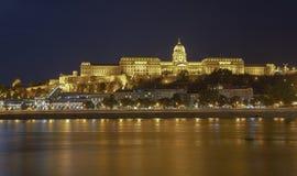 Buda Castle por Danube River na noite Budapest, Hungria HDR Foto de Stock Royalty Free