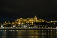 Buda Castle sur les banques du Danube à Budapest la nuit hungary image libre de droits