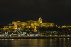 Buda Castle sur les banques du Danube à Budapest la nuit hungary images stock