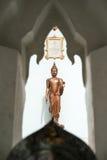 Buda cerca de la pared delante del templo Imágenes de archivo libres de regalías