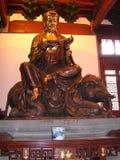 Buda chinesa do templo budista de Mahayana que monta um elefante imagens de stock