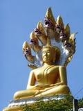 Buda con Dragonshead en la tonelada/Tailandia de Tha Foto de archivo libre de regalías