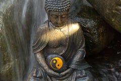 Buda con Yin y Yang Sign Fotos de archivo libres de regalías