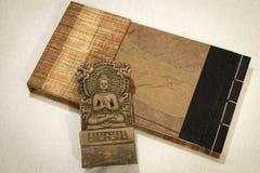 Buda da terracota de Sarnath, Varanasi, Índia com um caderno fotografia de stock