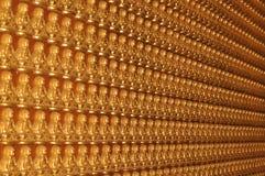 Buda de assento assistente no templo Fotos de Stock Royalty Free