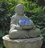 Buda de assento com hortênsia, Japão Imagem de Stock