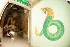 Buda de assento no pagode de Yat do kyat de Shwe, Myanmar Fotografia de Stock