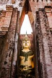 Buda de assento no templo de Wat Si Chum, Sukhothai Fotografia de Stock Royalty Free