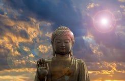 Buda de bronze grande com fundo das nuvens fotografia de stock royalty free