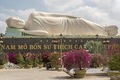 Buda de descanso en el templo de Vinh Trang Imagenes de archivo