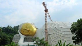 Buda de descanso grande tiene una cara del oro Foto de archivo