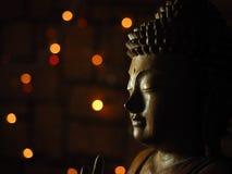 Buda de madera en luz oscura Fotos de archivo