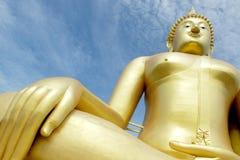 Buda de oro con el cielo azul Imagen de archivo libre de regalías