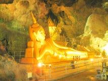 Buda de oro de descanso durmiente hermoso en Chiang Mai Thailand imagen de archivo libre de regalías