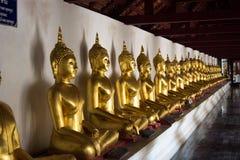 Buda de oro en filas imagen de archivo libre de regalías