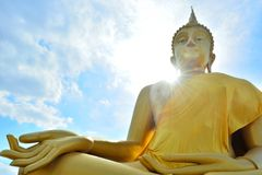 Buda de oro enorme situado en Lam Luk Ka Imagen de archivo libre de regalías