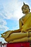 Buda de oro enorme situado en Lam Luk Ka Imagenes de archivo