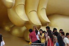 Buda de oro grande en el templo de Muang Imagenes de archivo