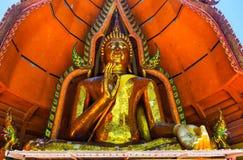 Buda de oro grande en Tiger Cave Temple imagenes de archivo