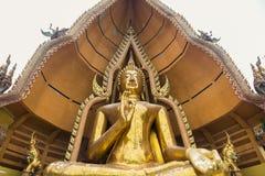 Buda de oro grande en Wat Tham Suea, Kanchanaburi Imágenes de archivo libres de regalías