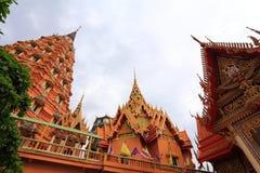 Buda de oro grande hermoso en Wat Tham Suea Fotografía de archivo libre de regalías