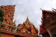 Buda de oro grande hermoso en Wat Tham Suea Foto de archivo libre de regalías