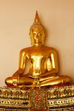 Buda de oro hermoso en el pedestal, algunas paredes blancas imagen de archivo libre de regalías