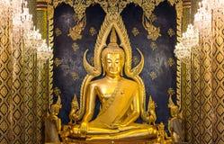 Buda de oro hermoso en el templo Imagenes de archivo