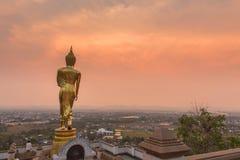 Buda de oro que se coloca en un duri de Wat Phra That Khao Noi de la montaña Imágenes de archivo libres de regalías